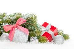 Jul färgrik dekor, gåvaask och snögranträd Royaltyfri Bild