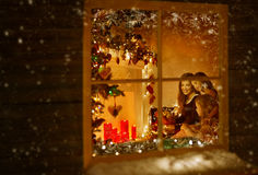 Jul fönster, familj som firar ferie, vinternatthus arkivbilder