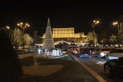 12 jul för DEC 2017 marknadsför på slotten av parlamentet Bucharest Rumänien, garnering och julgranen, många ljus och traen arkivbilder