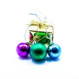 Jul för färgboll- och gåvaask Royaltyfri Foto