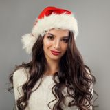 Jul för ung kvinna Trevlig flickamodell i röda Santa Hat royaltyfri bild