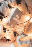 Jul för vinterferie returnerar garneringar, den vita gåvaasken och kn royaltyfri foto