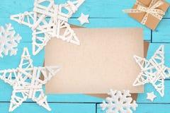 Jul förlöjligar upp med stället för din text och vita jul stjärna och gåva på turkosen träbakgrund Lekmanna- lägenhet Arkivbilder