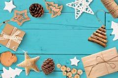 Jul förlöjligar upp med stället för ditt träd för text och för vit jul och stjärnagåvan, kotte på turkosen träbakgrund Arkivfoton