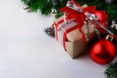 Jul försilvrar den pärlor dekorerade gåvaasken med det röda bandet Arkivfoton