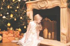 Jul ferie, xmas-begrepp - lycklig liten flicka med gåvor arkivbilder