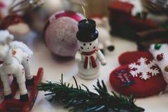 Jul figurerar på julgranen Vit snögubbe i en svart hatt Hästjul klumpa ihop sig rött med silverjulgranen royaltyfri fotografi
