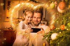 Jul - foto för ` för selfie för fader- och dottertagande` på telefonen Royaltyfri Fotografi
