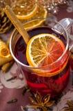 Jul funderade vin eller gluhwein med kryddor och orange skivor på tabellen, traditionldrink på vintertid för vinterferie arkivbilder