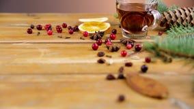 Jul funderade vin med kanel, kryddor och orange skivor på en träbakgrund stock video