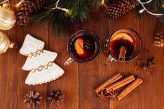 Jul funderade vin med kryddor royaltyfri bild