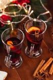 Jul funderade vin med kryddor arkivfoton