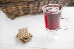 Jul funderade vin och dillandear på vit träbakgrund arkivfoton