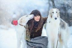 Jul går Härlig förvånad kvinna i vinterkläder med bakgrund för vinter för vinthundhundkapplöpning behagfull med snö, sinnesrörels Royaltyfria Foton