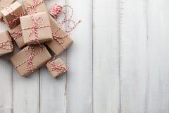 Jul gåva eller gåvaaskar som slås in i kraft papper royaltyfri foto