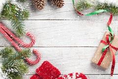 Jul gåva, godisrotting, tumvanten och granträd Arkivbild