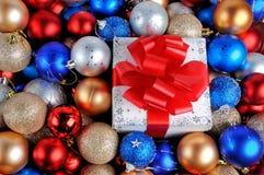 Jul gåva och baubles Arkivfoto