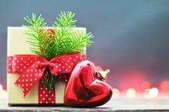 Jul gåva och hjärta formad julprydnad Royaltyfria Foton