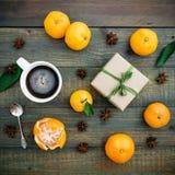 Jul gåva och mandarin Lekmanna- lägenhet 1 livstid fortfarande Top beskådar Arkivbild