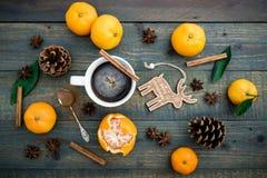 Jul gåva och mandarin Lekmanna- lägenhet 1 livstid fortfarande Top beskådar Royaltyfri Fotografi