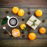 Jul gåva och mandarin Lekmanna- lägenhet 1 livstid fortfarande Top beskådar Royaltyfria Bilder