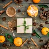 Jul gåva och mandarin Lekmanna- lägenhet 1 livstid fortfarande Top beskådar Royaltyfri Foto