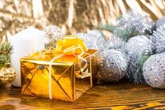 Jul gåva, stearinljus och dekorerade evergreen Arkivfoto