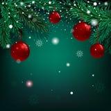 Jul gör grön bakgrund med granfilialer och bollar Arkivfoto