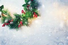 Jul gör grön den dekorativa kransen Holly Berries Royaltyfri Foto