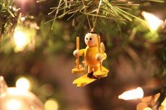 Jul gör grön trädet med den lilla gula skidåkaren Royaltyfri Foto