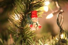 Jul gör grön trädet med den lilla snögubben Royaltyfria Bilder