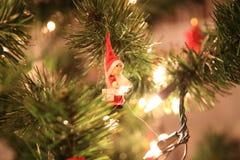 Jul gör grön trädet med lilla röda Santa Claus Arkivbild