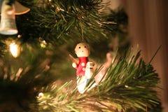 Jul gör grön trädet med liten röd ängel på den vita hästen Royaltyfria Foton
