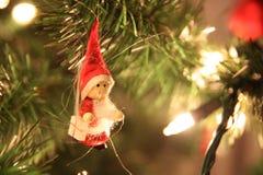 Jul gör grön trädet med röda Santa Claus Arkivfoton