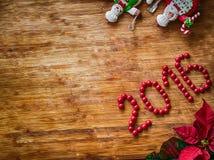 Jul - gammal träbakgrund, roliga kockar Santa Claus och snögubbe och tecken 2016 Royaltyfria Foton