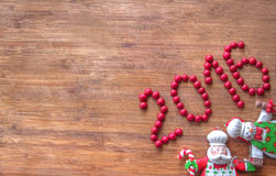 Jul - gammal träbakgrund, roliga kockar Santa Claus och snögubbe och tecken 2016 Royaltyfri Foto