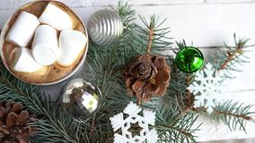 Jul, garnering för nytt år och kopp kaffe på vit träbakgrund, berömvinterkort stock video