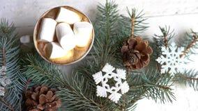 Jul, garnering för nytt år och kopp kaffe på vit träbakgrund, berömvinterkort lager videofilmer