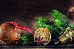 Jul Garneringar och band för jul för klirrklocka med lycklig jul för text Royaltyfri Foto