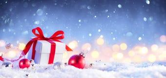 Jul GiftBox med pilbågen arkivfoto