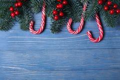 Jul godis och fester på tabellen Söta gåvor för childre Royaltyfria Bilder
