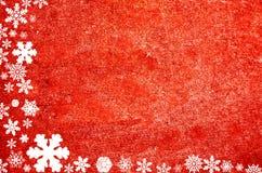 Jul gränsar bildat från snöflingor på röd naturlig bakgrund arkivfoto