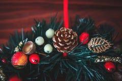 Jul gränsar från julkransen som är användbar som julgarnering arkivbild