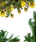 Jul gränsar ramen av granträdfilialen på isolerad vit bakgrund Arkivbilder
