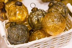 Jul guld- gult exponeringsglas för det nya året klumpa ihop sig garneringar i korg royaltyfri foto