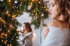 Jul härlig le kvinna royaltyfri bild