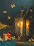 Jul härligt felikt kort för nytt år, affisch, stilleben Gammal metalllampa med stearinljuset, ferietillbehör royaltyfri foto