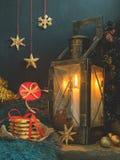 Jul härligt felikt kort för nytt år, affisch, stilleben Gammal metalllampa med stearinljuset, ferietillbehör arkivbilder