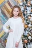 Jul härligt le för flicka Över julträd tänder bakgrund lyckligt nytt år Royaltyfria Foton