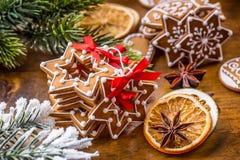 Jul Hemlagade pepparkakakakor för jul med olika garneringar Lycklig jul för rött band Arkivfoton